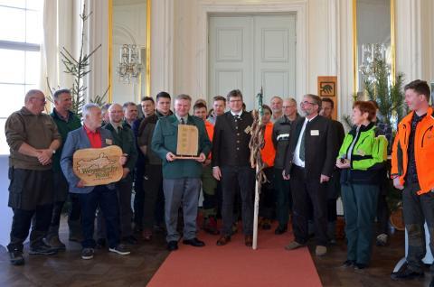 """Die Wermsdorfer Forstleute nehmen die Auszeichnung zum """"Waldgebiet des Jahres 2018"""" entgegen"""
