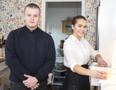 Yepparna Patrik och Ljubica hjälper gärna till på festen