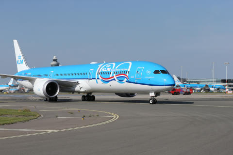 Boeing 787_10 with 100 logo