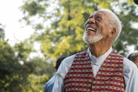 Morgan Freeman smiler i Min guddommelige verden med Morgan Freeman