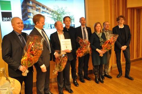 Vinnarna av Stora Samhällsbyggarpriset 2012 tillsammans med Regeringens representant som delade ut priset
