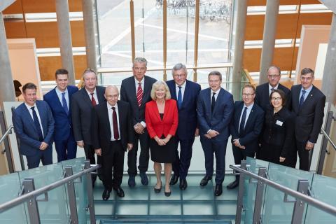 Die norwegische Botschafterin Elisabeth Walass im Kreise von Vertretern aus Politik und Wirtschaft