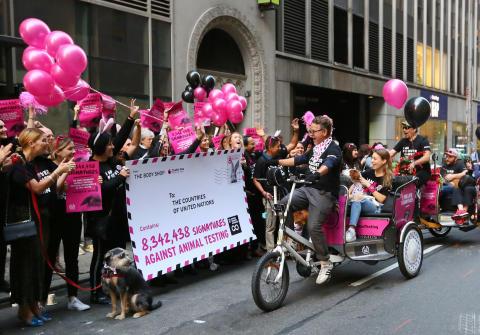 The Body Shop tar 8,3 miljoner underskrifter till FN för ett definitivt globalt förbud mot kosmetikatester på djur