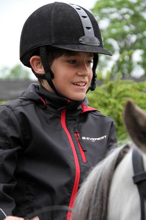Upplev Häst låter barn komma nära hästen