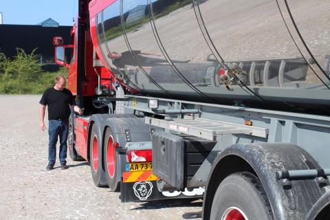 Lastbil från J. Buhl & Sønner med larmat tanklock