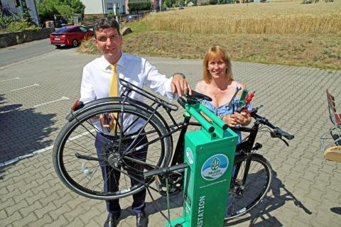 Henry Graichen und Sandra Brandt nehmen die erste Fahrrad-Selbsthilfewerkstatt in Betrieb