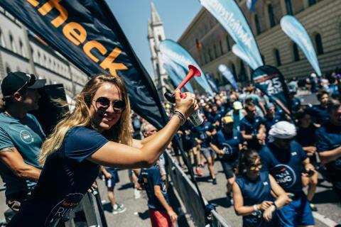 Rennfahrerin Sophia Flörsch gibt den Startschuss für die 5-km-Strecke