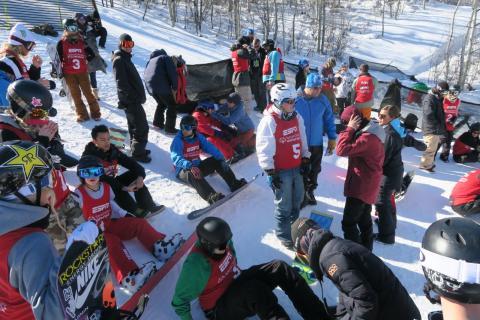 André Berg midt ombringet av stjerner som skateboardfenomenet Nyjah Huston, OL-vinner Sage Kotsenburg og Silje Norendal. Foto: Snowboardforbundet