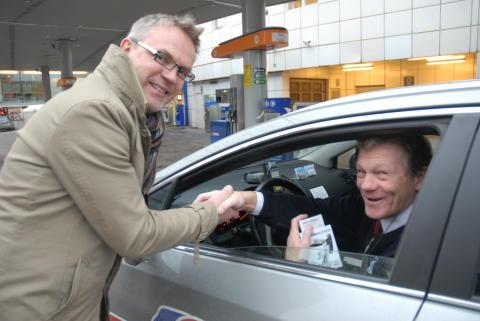 Administrerende direktør i Statoil Norge deler ut Statoilkoppen 2011 til en av Oslos Taxisjåfører