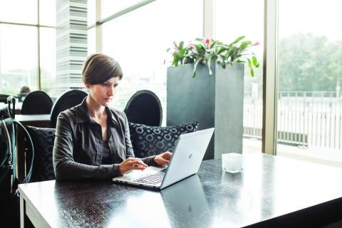 Kvinne med HP laptop i kontormiljø