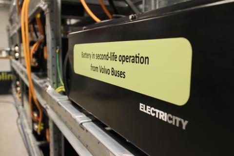 Solel i bussbatterier kapar topparna och gör elnätet smartare