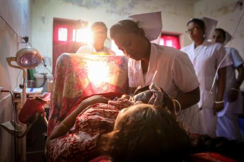 Unik bildserie visar hur det är att föda barn på sjukhus utan rent vatten, toaletter och hygien