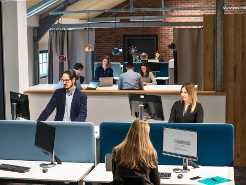 Das neue Gebäude löst mit einem breiten Arbeitsplatzangebot klassische Bürostrukturen auf: Offene Flächen und vielfältige Arbeitsbereiche fördern die Kommunikation und Zusammenarbeit unter allen Mitarbeitern.