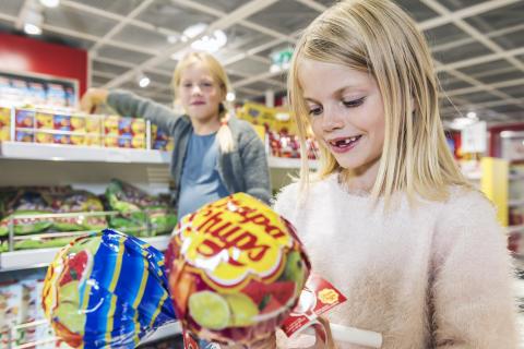 Barn i butikk
