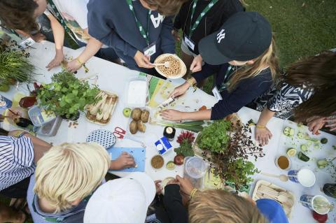 Nyt Guinness rekordforsøg: Arla inviterer børn og forældre til et 300 meter langt madpakkebord