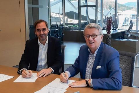 Vertragsunterzeichnung_Peter Hornig, GF Scania Deutschland Österreich, und Rafael Sterling, Irizar Group