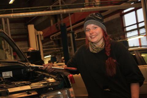 """Emelie Olofsson har hittat sitt framtidsyrke """"När jag skruvar är jag lugn!"""""""