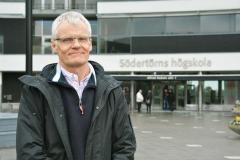 Gustav Amberg utanför högskolans entré
