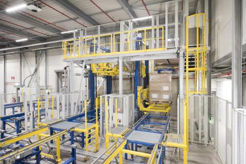 Lastpallar med inkommande varor förs via transportsystemet till en av två hissar