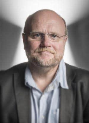 Falska nyheter, yttrandefrihet och källkritik när debattören Ola Larsmo inleder föreläsningshösten på Högskolan i Skövde