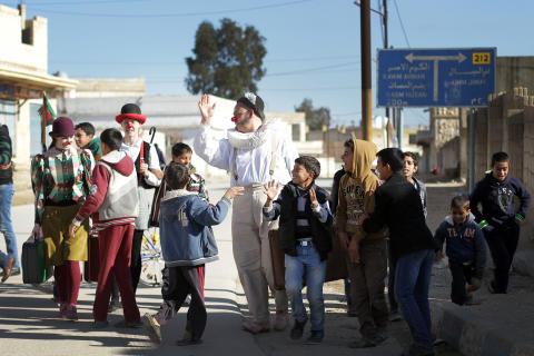 Clowner utan Gränser och Nour El Refai får traumatiserade barn på flykt att skratta vid gränsen till Syrien