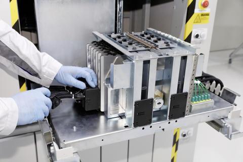En pilotlinje för produktion av små serier av battericeller har startat.