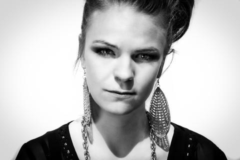 """Öländska Adée släpper debutalbumet """"Addicted"""" och åker till New York för att jobba med superproducent"""