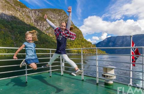 Flåm AS og The Fjords setter inn ekstra fartøy med større kapasitet for busser og biler mellom Flåm og Gudvangen.