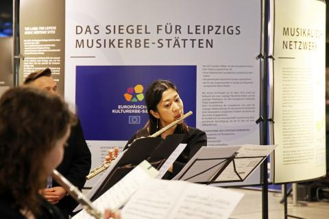 """Studenten der Hochschule für Musik und Theater bei der Eröffnung der Ausstellung """"Europäische Notenspuren"""""""