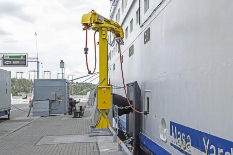 Tallink Grupp verbindet die ersten beiden Schiffe im Hafen von Stockholm mit Landstrom, um die Umweltbelastung zu verringern