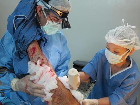 Behandlar patient i norra Syrien