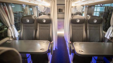 """Både FCK og MAN bruger en løve, som en del af sin Branding. FCK-løven """"brøler"""" på elegant vis, på både sæder og væg i den nye bus."""