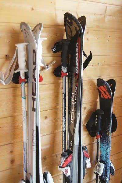 Skidhållarna håller ordning på både Skidor och Stavar!