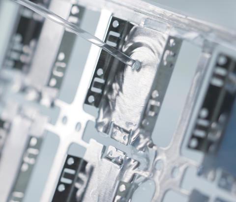 Inline-Reinigung von Stanzteilen mit hohen Reinheitsanforderungen