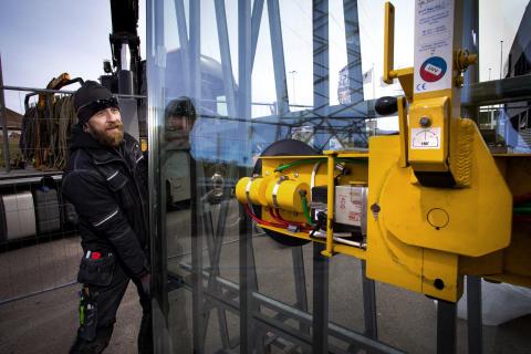 Mattias Johansson monterar glasfasad