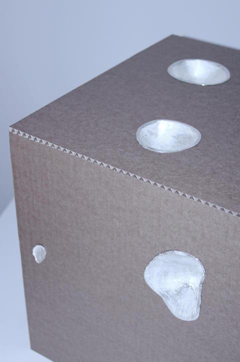 Box av Lina Pihl. Silver och kartong.