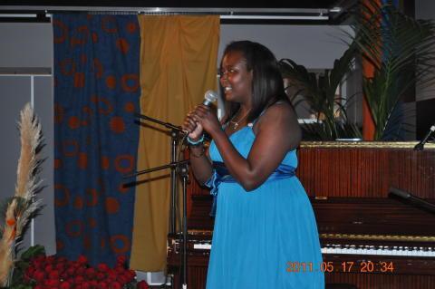 Madeleine Opira sjunger på examensmiddag