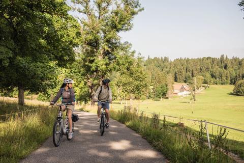 E-Biker unterwegs bei Saignelegier im Jura & Drei-Seen-Land