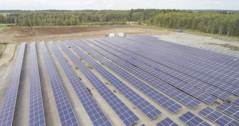 Atrian aurinkosähköpuiston ensimmäisen osion paneelit tuottavat nyt sähköä.