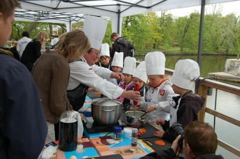 Pressinbjudan 7-åriga Minikockar lagar återigen rolig och lustfylld mat på Alfons Åbergs Kulturhus med den kände kocken Dan Lexö
