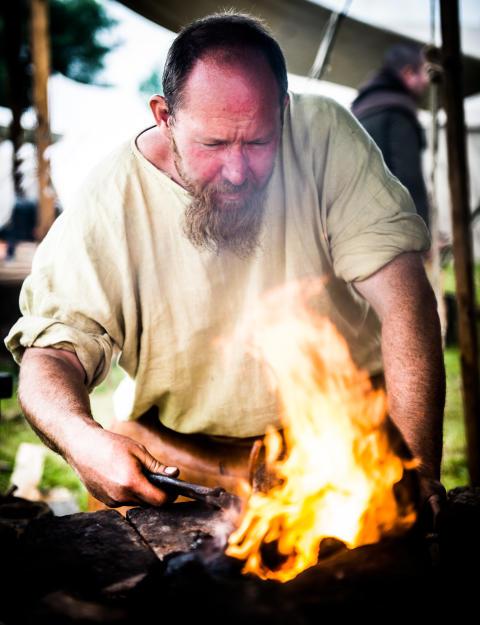 Vikingerne smeder våben på Trelleborg