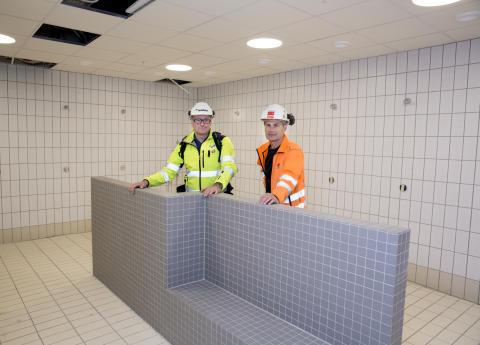 Alle vegger i dusjene er bygget i Leca finblokk. Også benken i dusjområdet er bygget i Leca. Her er Truls Vallentinsen fra Weber og Ola Espelid fra Veidekke Entreprenør på befaring.