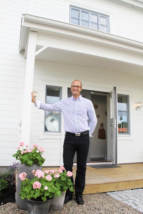 A-hus VD Peter Mossbrant utanför nya visningshuset på Husknuten