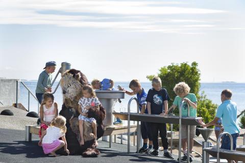 Havodderen Plaske og børn på vandlegepladsen