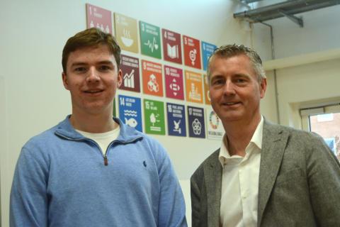 Elevrådsformand Mikkel Bjerglund Jensen (tv.) og direktør Lars Michael Madsen (th.) er begge stolte af, at Tradium nu kan kalde sig UNESCO Verdensmålsskole.
