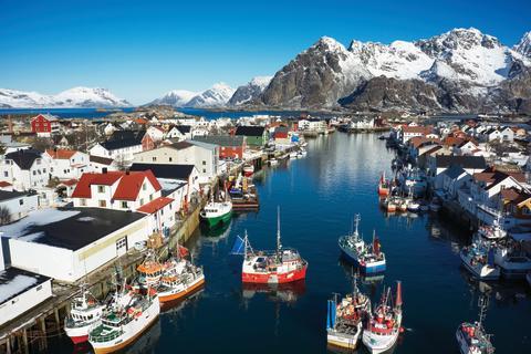 Klassisches Fischerdorf in Nordnorwegen. Ohne die Fischerei gäbe es viele kleine Gemeinden entlang der norwegischen Küste nicht.