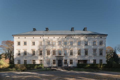 Wrede Fastighetsmäkleri säljer 6 st unika våningar i anrikt slott invid Mälaren