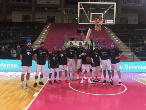 Mit blauen Mützen für den guten Zweck - Telekom Baskets Bonn