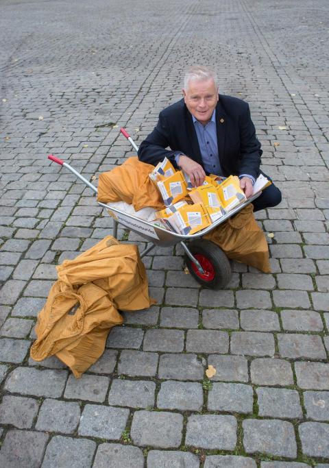 """Forbundsleder Jan Davidsen med noen av underskriftene for å få """"slippen"""" tilbake"""