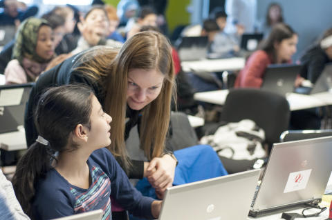 Microsoft ansatt Hanne Wulff hjelper elev med koding